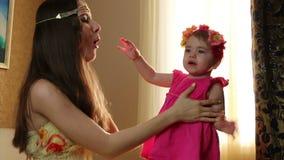 clouse-op portret Het mamma zet weinig dochter bloeit op haar het kleine kind spelen met zijn moeder in de ruimte op een bed stock video