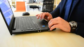 Clouse para arriba de la mano del ` s del hombre de negocios usando el teclado Da mecanografiar de tacto en un teclado del ordena almacen de video
