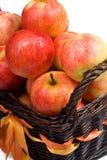 Clouse-up de la cesta con las manzanas Fotografía de archivo libre de regalías