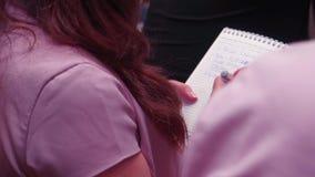 Clouse-up kobieta wręcza writing w notatniku zapas ludzie i edukaci pojęcie - zakończenie kobieta wręcza writing zdjęcie wideo