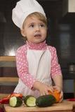 Clouse-up portreta mała śliczna dziewczyna dzieciak bawić się w kuchni z warzywami obrazy royalty free