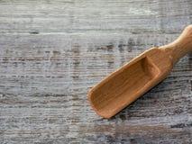 Clouse van houten lepel op uitstekende lijst omhoog wordt geschoten die royalty-vrije stock afbeelding