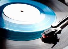 Clouse vers le haut de vieux joueur de disque vinyle avec le disque bleu Images libres de droits