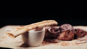 Clouse w górę jedzenia Konfekcyjny shish kebab Shish kebab od wieprzowiny mięsa z cebulą i ziele słuzyć na prześcieradle pita chl zdjęcie wideo