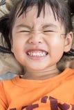 Clouse w górę uroczej twarzy dobre zdrowie dzieci biali zęby gdy o Obraz Royalty Free