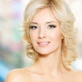 Clouseupgezicht van mooie vrouw met wit haar stock foto's