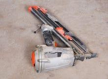 Cloutier de encadrement assemblé pneumatique dans le sous-sol Image libre de droits