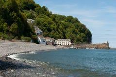 Clovelly, Devon, mit Strand im Vordergrund Lizenzfreie Stockbilder