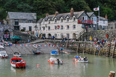 CLOVELLY, DEVON, Reino Unido - 1 de agosto de 2013: Barcos levantados en Clovelly Imágenes de archivo libres de regalías