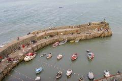 CLOVELLY, DEVON, Reino Unido - 1 de agosto de 2013: La pared de mar que protege Clov Imagenes de archivo