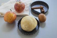 cloves циннамона доски яблока режа красный цвет расстегая ингридиентов вставляют Тесто, куски яблока Стоковая Фотография RF