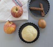 cloves циннамона доски яблока режа красный цвет расстегая ингридиентов вставляют Тесто, куски яблока Стоковое фото RF