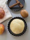 cloves циннамона доски яблока режа красный цвет расстегая ингридиентов вставляют Тесто, куски яблока Стоковое Изображение