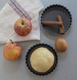 cloves циннамона доски яблока режа красный цвет расстегая ингридиентов вставляют Тесто, куски яблока Стоковое Фото