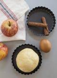 cloves циннамона доски яблока режа красный цвет расстегая ингридиентов вставляют Тесто, куски яблока Стоковое Изображение RF