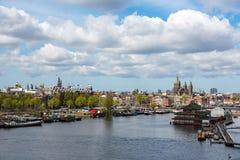 Clowds über der niederländischen Stadt von Amsterdam Stockfotos