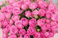 Cloweup Αυξήθηκε φυσαλίδες της Misty Λουλούδια ανθοδεσμών των ρόδινων τριαντάφυλλων στο βάζο μετάλλων Shabby κομψό εγχώριο ντεκόρ στοκ φωτογραφίες