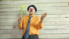 Clown avec des fleurs ? disposition banque de vidéos