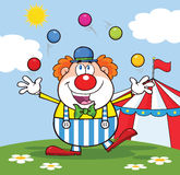 Clown Cartoon Character Juggling mit Bällen in Front Of Circus Tent Lizenzfreies Stockfoto