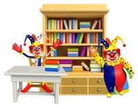 Clown con gli scaffali di libro & la tavola, sedia illustrazione di stock