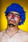Clown dans une perruque bleue Photographie stock libre de droits