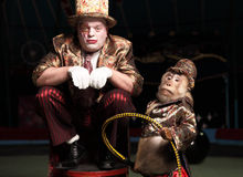 Clown de cirque avec un singe. Photo libre de droits