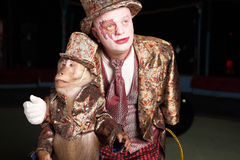 Clown de cirque avec un singe. Photos stock