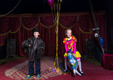 Clown de garçon sur l'étape avec le ballon de cheval d'équitation de fille Image libre de droits