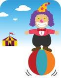 Clown, der auf Kugel balanciert Lizenzfreie Stockfotografie