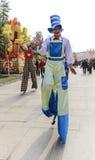 Clown, der auf Stelze in einem Park, Chengdu, Porzellan geht Lizenzfreies Stockfoto