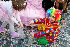 Clown door confettis wordt omringd die Royalty-vrije Stock Foto's