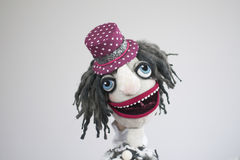 Clown drôle de marionnette de main avec le portrait ouvert de bouche sur le fond blanc Photographie stock