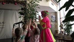 Clown in een heldere kledings blazende bellen voor kinderen in vermaakruimte stock videobeelden