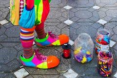 Clown et pots avec les ballons colorés Photographie stock libre de droits