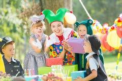 Clown et présents pour des enfants Photos stock