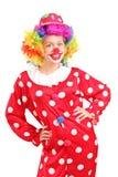 Clown féminin de sourire dans une pose rouge de costume photo libre de droits