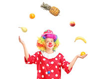 Clown féminin secouant un groupe de fruits Images stock