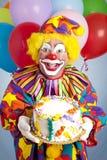 Clown fou avec le gâteau d'anniversaire Images stock