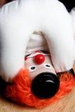 Clown gedreht, eigenen Esel betrachtend lizenzfreie stockbilder