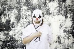 Clown het luisteren hartslag royalty-vrije stock fotografie