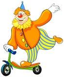 Clown heureux conduisant un scooter. Photos libres de droits