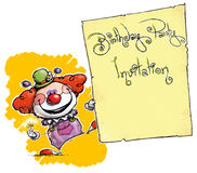 Clown Holding Invitation-Birthday Party Lizenzfreie Stockbilder