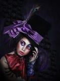 Clown im fantastischen Karnevals-Hut mit künstlerischem Make-up Stockbild
