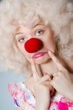 Clown med den vita peruken Royaltyfri Bild