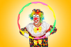 Clown med det isolerade hulabeslaget Royaltyfria Bilder