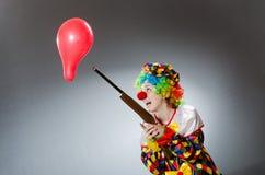 Clown met ballon en geweer in grappig concept Royalty-vrije Stock Foto