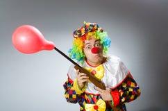 Clown met ballon en geweer in grappig concept Royalty-vrije Stock Fotografie