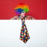 Clown met band op lege witte raad Royalty-vrije Stock Afbeelding