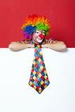 Clown met band op lege witte raad stock fotografie