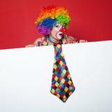 Clown met band op lege witte raad Royalty-vrije Stock Afbeeldingen